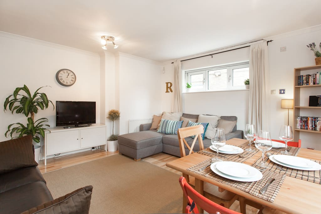 The apartment is located within a 6 minute walk of Bermondsey tube station and 5 minutes from Tower Bridge leading to the Tower of London
