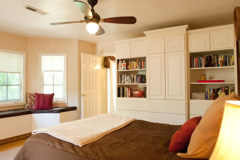 Queen bed (cable TV in cabinet) & loads of books