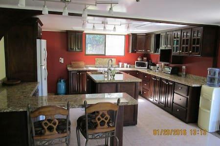 Beautiful Custom Built Home on 4 ac - San Isidro de El General - Bed & Breakfast