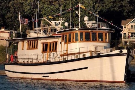 US OPEN 75' Floating B&B - Tacoma - Bed & Breakfast
