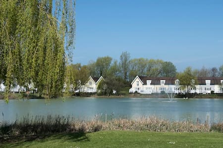 Attractive lake side lodge - Cirencester
