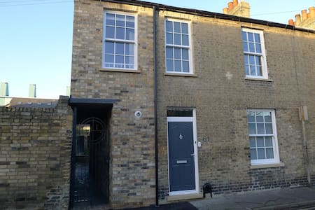 Lovely first floor double en-suite room in beautifully renovated property, weekly serviced rooms, sharing a large fully equipped kitchen and dining room with other guests staying in the  house.