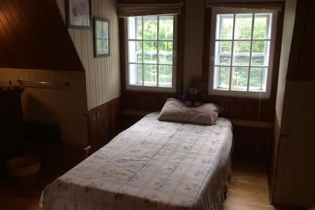 LA MANSARDÉE - Chambre avec deux lits simples - Sainte-Adèle