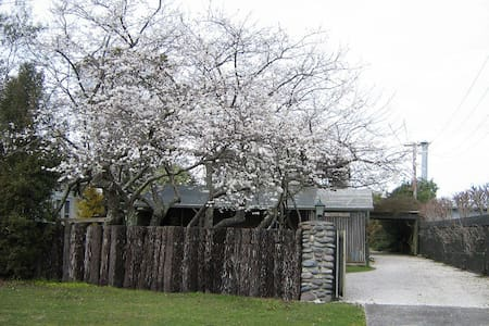 Plum Tree Cottage by  lake & river - Tauranga Taupo - Cabin