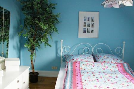 Altbau*Sonniger Balkon*1-2 Gäste*Südstadt - Bed & Breakfast
