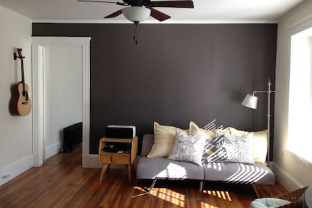 Spacious, sunny spot near bike path - Malden - Apartamento