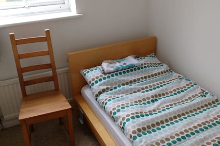 Bedroom 4 : Small single room in Aylesbury - Rumah