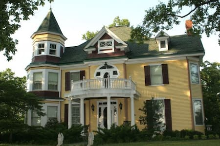 Charming Victorian Home c. 1890 - Mitchells - Bed & Breakfast