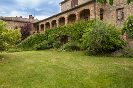 Perfect for a couple, in an old house of the XIII century, inside Merse Nature Reserve. Near Siena, San Galgano, one hour from Florence or the seaside. You can combine the visit of the cities with the contact with nature. You can eat in the gardner.