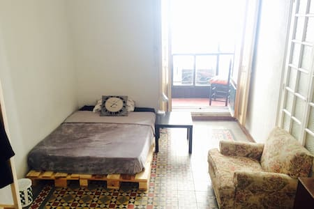 Lovely big room w/balcony in the heart of Madrid - Madrid - Apartment