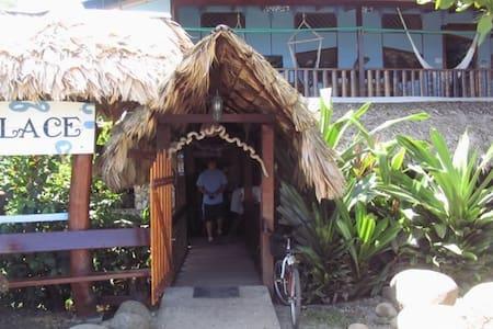 Kaya's Place Beachfront Hotel #6 - Hus