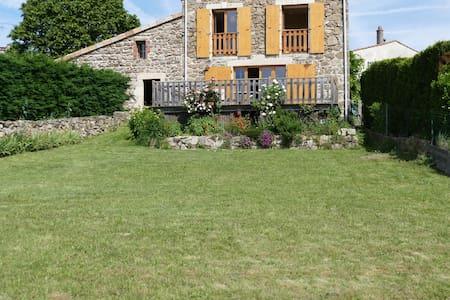 maison de village avec cour et jardin . - Rumah