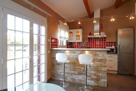 Studio dans villa avec piscine - Apartment