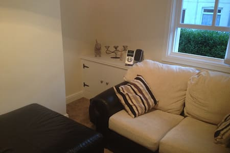 MODERN 2-BED TERRACED HOUSE - Hus