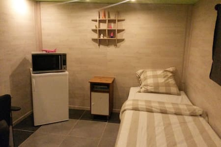 Spacious room with ensuite bathroom and kitchen. - Ház
