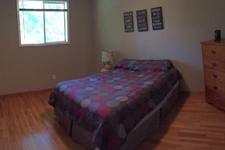 Bedroom #1 5 minutes to UWO! - Rumah