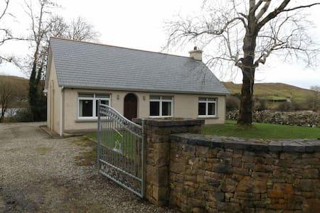 Quiet Man Bridge Cottage - Hus