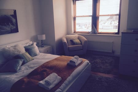 A stunning apartment for 2 people on the seafront in whitby with well equipped kitchen with dishwasher, washer dryer, fridge, freezer, microwave, etc and 2 bathrooms, a house bathroom with a bath and an ensuing with a shower. Fantastic sea views.wifi