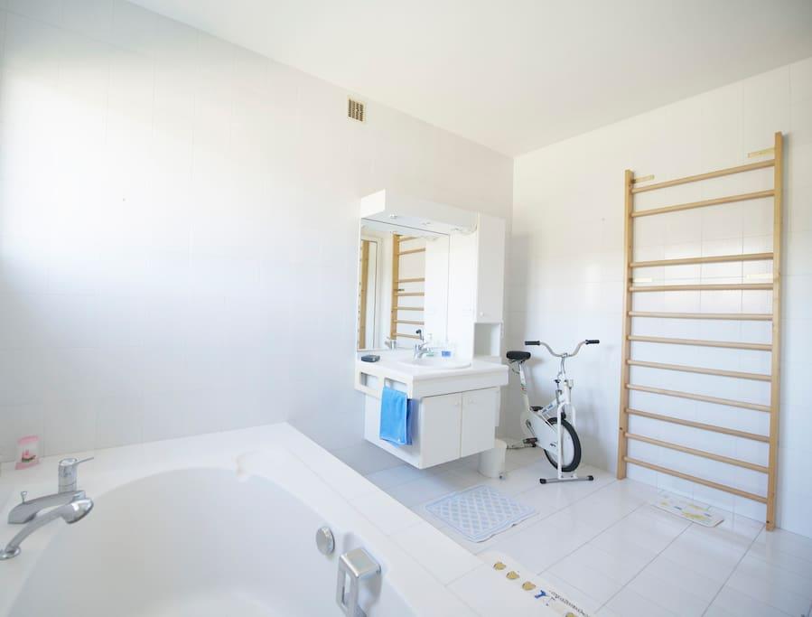 La salle de bains réservée aux occupants de la chambre principale. The bath room reserved for guests who live in the main room.