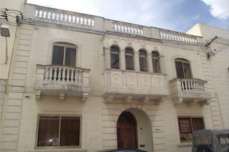 Private bedroom in Qormi (b2) - Huis