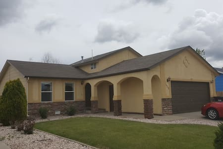 Private bedroom, living room, and bathroom - Greeley - Casa
