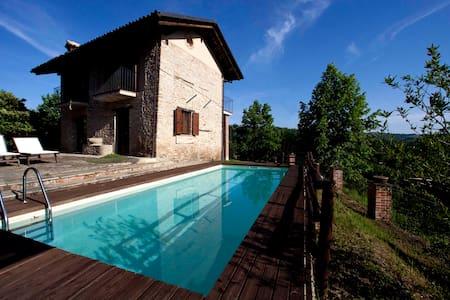 Casa con piscina vista sulle Langhe
