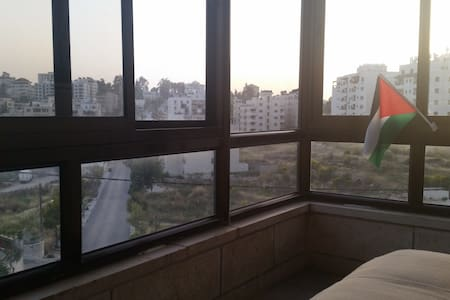 Nice Room in Shared 3-BR Apartment - Ramallah - Leilighet