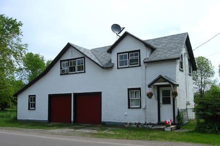 Coach House on the Niagara Trail