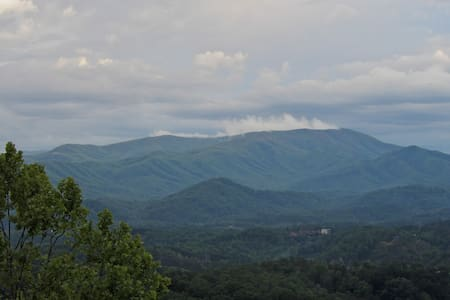 Yogi's Den - private cabin, great view, location! - Pigeon Forge
