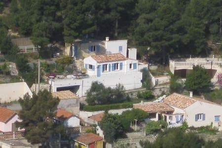 la maison bleue dans la calanque - Rumah