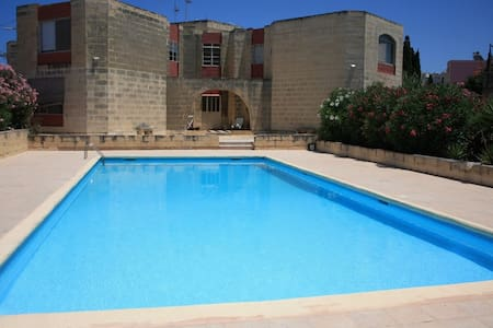 Apartment with pool close to Beach - Appartement