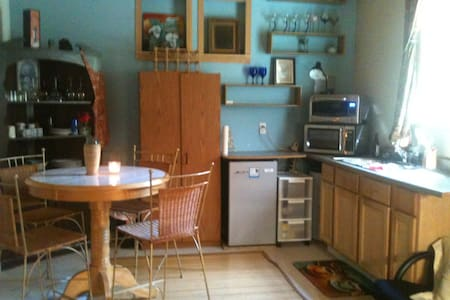 Just outside the center of town, this charming cabin is a great place to unwind after a day in the Illinois Valley!  Close to Oregon Caves, Great Cats, and many wineries!  Walk to restaurants and shops including the famous Taylor's Sausage!