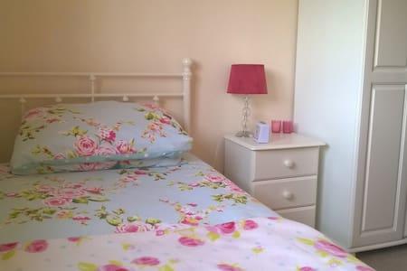 Lovely single room on Forest edge - House
