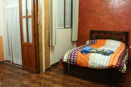 Spacious apt in Sucre City Town - Apartment