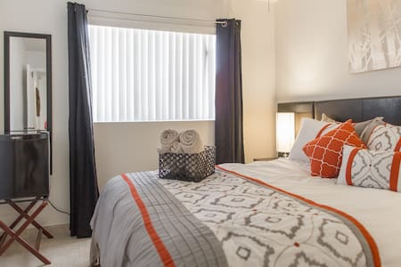 Private Room2 With Queen, Pool, and 24 Hour Access - North Las Vegas - Hus
