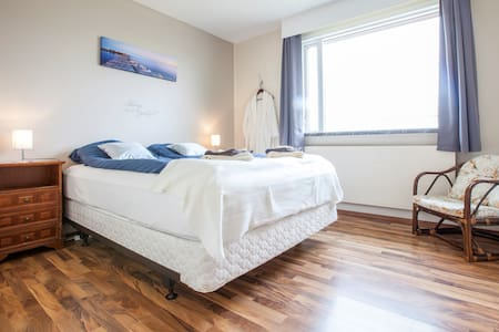 Double room close to Keflavik - Garður - House
