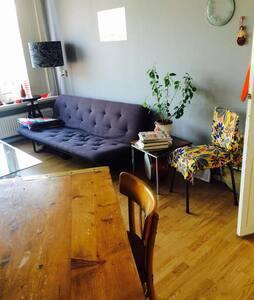 Sweet room in cozy artist community - Apartment