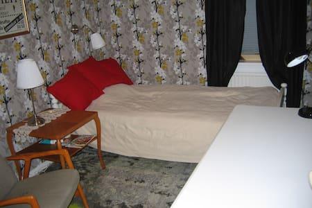 Enkelrum på övervåningen, enkelsäng 105cm,350kr li - Malung - Huis
