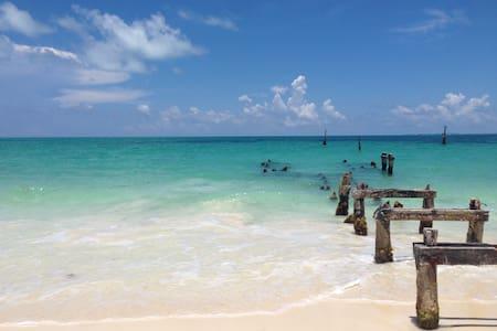 At the seashore, near Cancun Mexico - Blockhütte