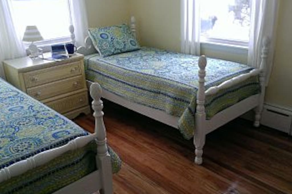 Pineapple top beds have been expertly refinished to provide two great twin beds