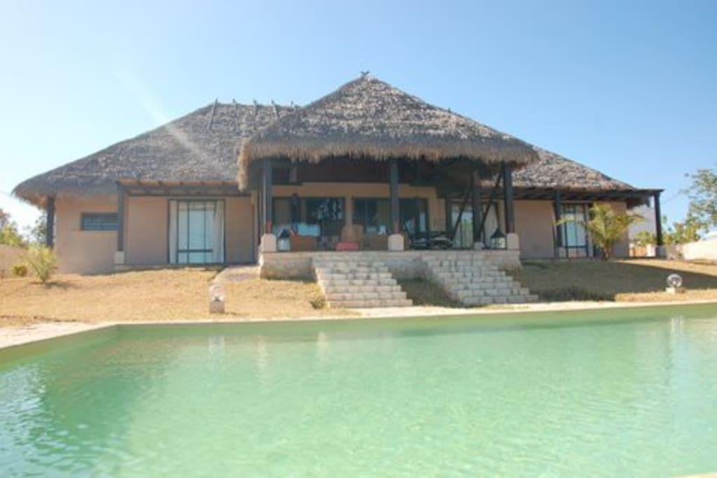 villa avec piscine en bord de mer houses for rent in mahajanga. Black Bedroom Furniture Sets. Home Design Ideas