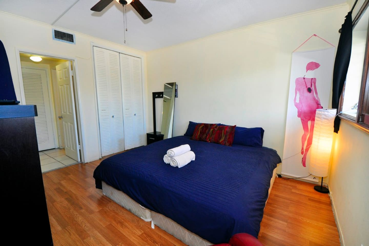 Main bedroom. 1 King Bed, 1 additional Twin Mattress. Flatscreen TV - Smart TV with Netflix.