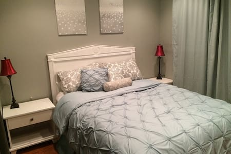 Neat room and newly remodeled bathroom! Quiet and safe neighborhood. Great central location. 10 min from park/lake. Water park/skate park/brand new childrens park and more. 2min from 880 and 5min from 680. Theater/shopping/restaurants/gas 3min away.