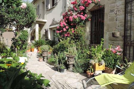 Bel appartement au coeur d'un village provençal. - Daire
