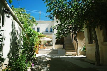 Karadut Cave House - Nevşehir/Göreme - Aamiaismajoitus