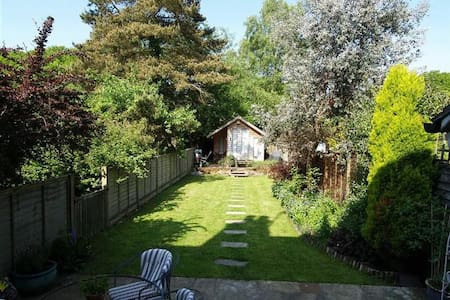 Large Room, Quiet St, Garden & Parking - Haslemere - House