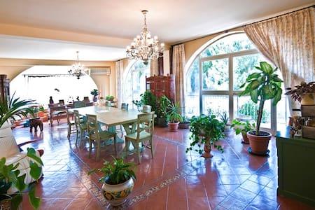 Affittasi camera in villa - Villa