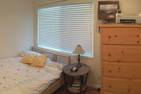 Relaxing, comfy room, FAST wifi & adorable dog! - Culver City