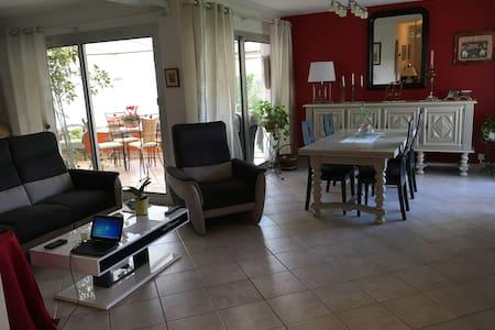 Chambre lumineuse en rez de jardin - Apartamento