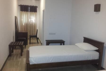 Hotel Osan : Budget Double Room - Tissamaharama